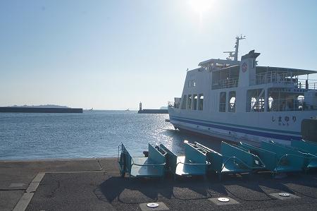 毎度の篠島、朝一の船で出港です
